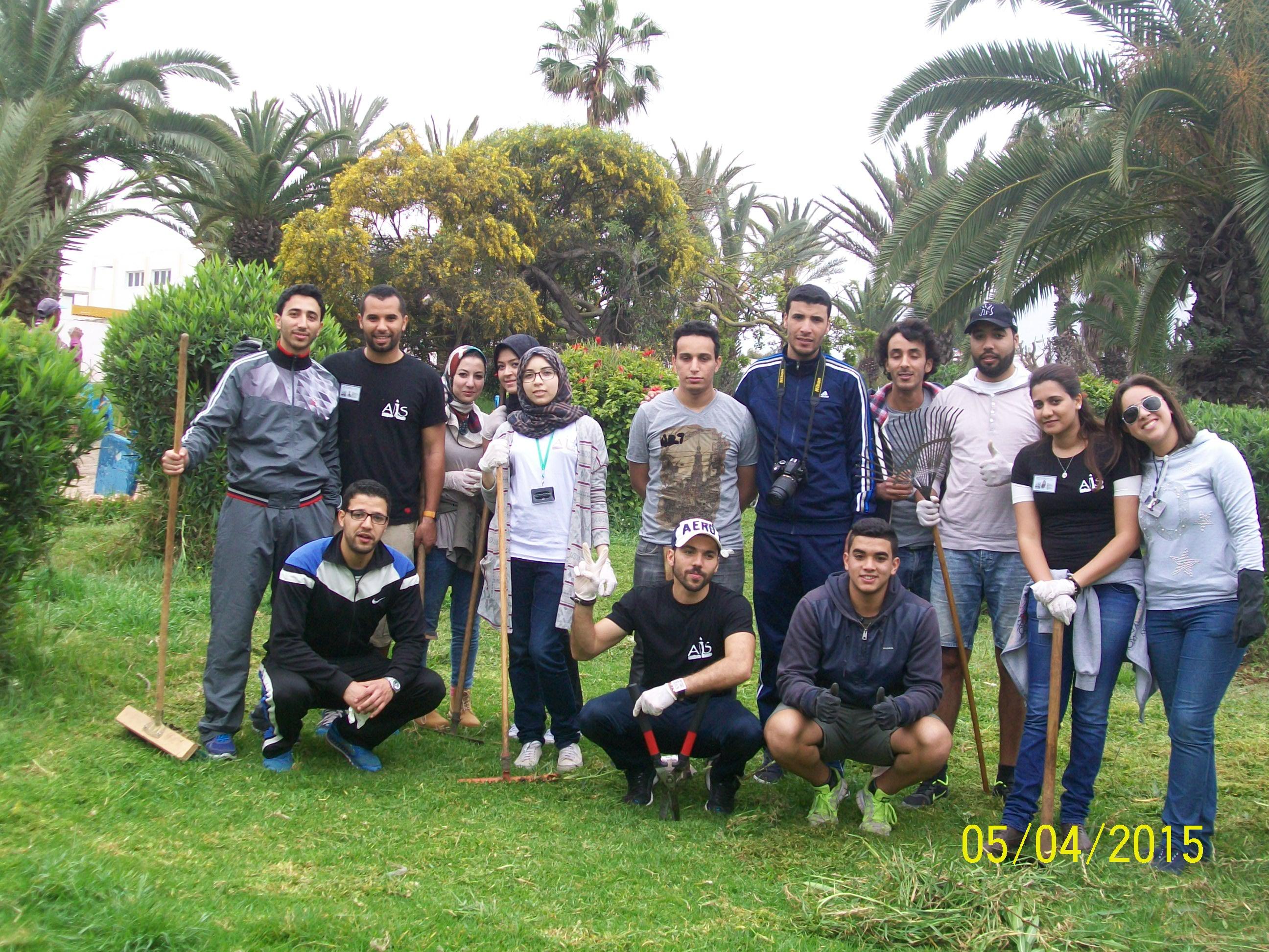 نشاط بيئي لجمعية أصدقاء مبادرة و تضامن باحدى حدائق المدينة