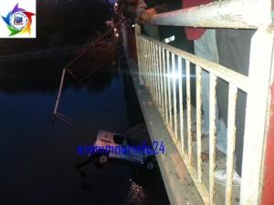 سقوط سيارة خفيفة من فوق قنطرة نهر أم الربيع في الماء