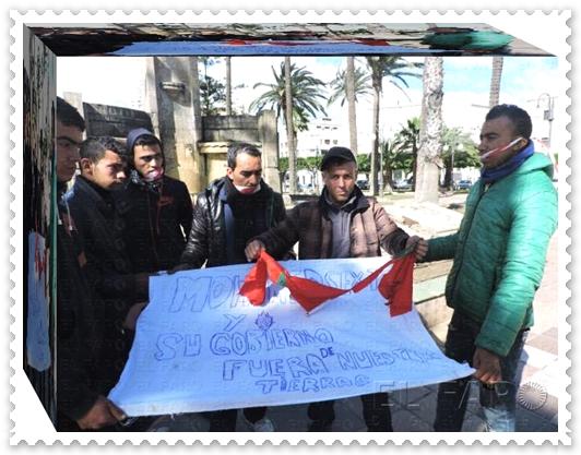 خطير و خطير جدا : مغاربة يرغبون في حمل الجنسية الاسبانية يقدمون على تمزيق العلم الوطني ويحاولون إحراقه