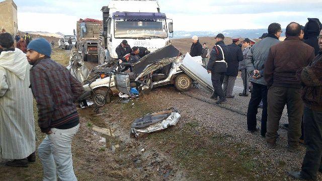 عاجل:وفاة سائق سيارة خفيفة و اصابة مرافقيه بين البير الجديد و السوالم بالطريق السيار