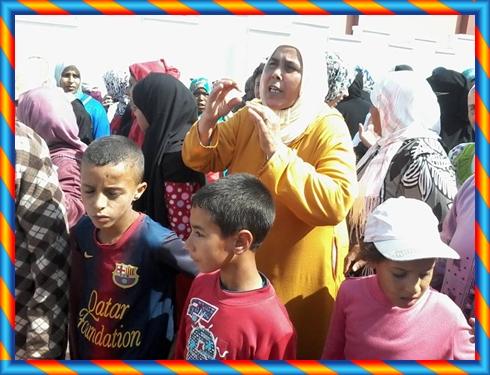 وقفة احتجاجية أمام مدرسة المحيط بدوار المنادلة جماعة مولاي عبد الله احتجاجا على الأوضاع المزرية