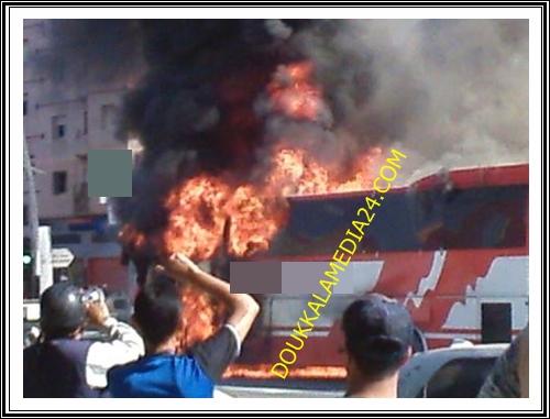 عمال المناولة بالجرف الأصفر ينجون من موت محقق بعد احتراق حافلة تقلهم