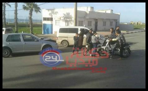 مولاي عبد الله:اصطدام بين سيارة أجرة و سيارة خفيفة قرب مركز الدرك يثير استياء المواطنين