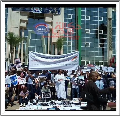 هذه صور الوقفة الاحتجاجية المنددة للاعلاميين من أمام وزارة الثقافة و الاتصال ضد قانون الصحافة الاقصائي
