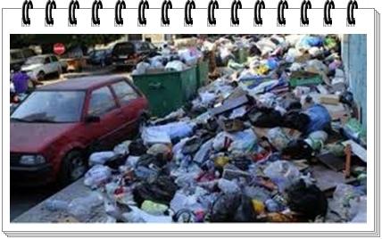 نظافة و أزبال:مواطن يستشيط غضبا و يعبر عن الوضع الخطير بطريقته و يقوم برمي حاويات القمامة بفضاء بلدية الجديدة و يصور نفسه