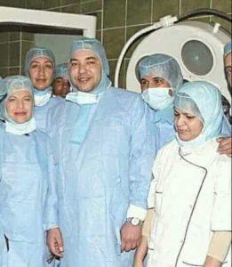"""الملك محمد السادس على سرير حراحة العيون بالمركز الاستشفائي الوطني لطب العيون """"كانز فان"""" بباريس"""