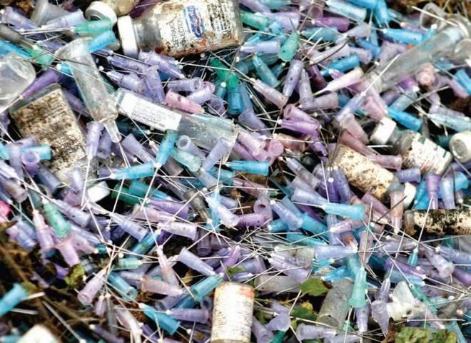 خطير انتشار النفايات الطبية بِمُحَاذَاةِ المركز الصحي لافيليت بعين السبع الحي المحمدي