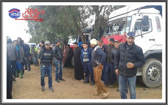 مهنيو و سائقو شاحنات النقل بزاوية سيدي اسماعيل اقليم الجديدة يتوقفون عن السير للاعلان عن اضراب